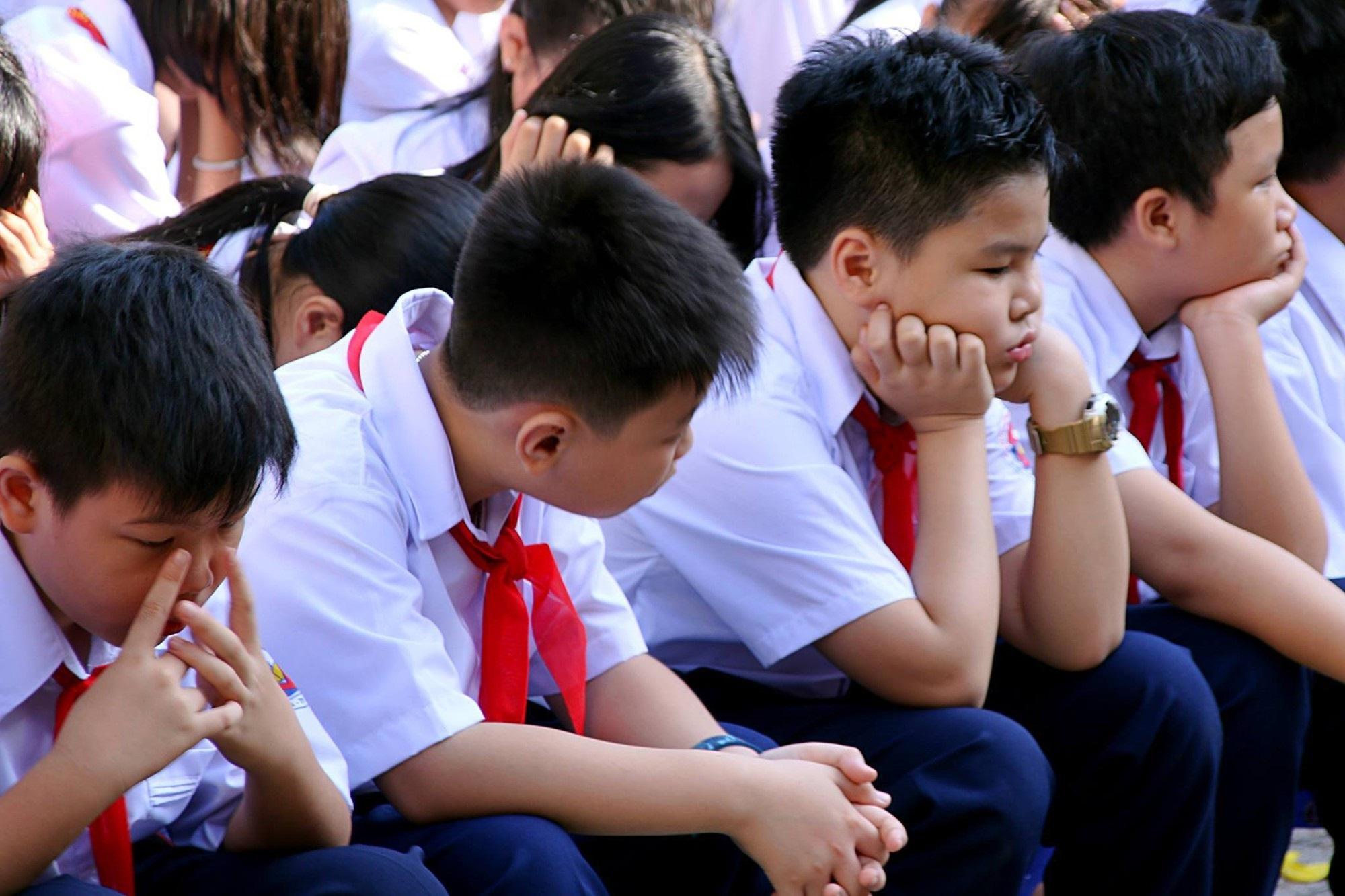 Chùm ảnh: Giọt nước mắt bỡ ngỡ và những biểu cảm khó đỡ của các em nhỏ trong ngày khai giảng - Ảnh 8
