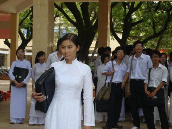 Ngọc Lan đăng ảnh diện áo dài nhân ngày tựu trường, cư dân mạng lại dòm ngó đến chi tiết cực hài khác - Ảnh 3