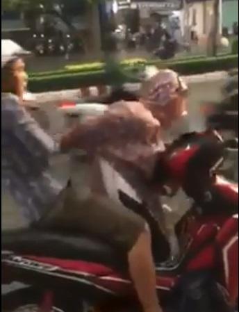 Clip người đàn ông đấm túi bụi vào mặt cô gái ngay giữa đường khiến chị em bức xúc - Ảnh 2