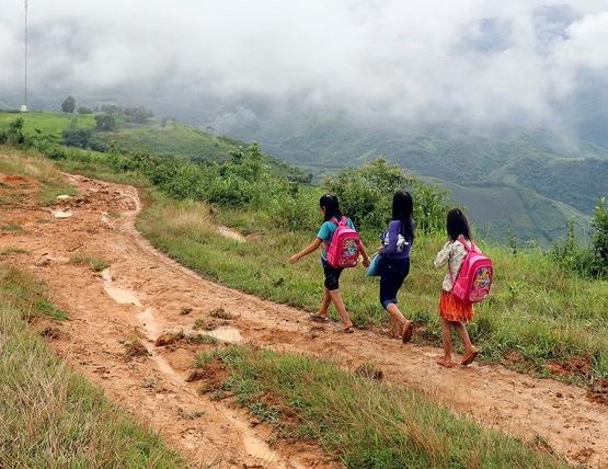 Hình ảnh học sinh vùng cao chui vào túi nilon, vượt suối lũ đi khai giảng khiến nhiều người đau lòng - Ảnh 10