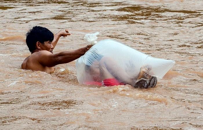 Hình ảnh học sinh vùng cao chui vào túi nilon, vượt suối lũ đi khai giảng khiến nhiều người đau lòng - Ảnh 4