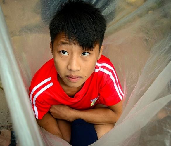 Hình ảnh học sinh vùng cao chui vào túi nilon, vượt suối lũ đi khai giảng khiến nhiều người đau lòng - Ảnh 2