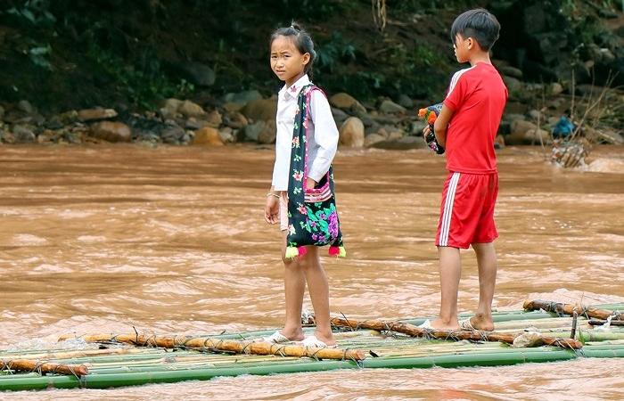 Hình ảnh học sinh vùng cao chui vào túi nilon, vượt suối lũ đi khai giảng khiến nhiều người đau lòng - Ảnh 8