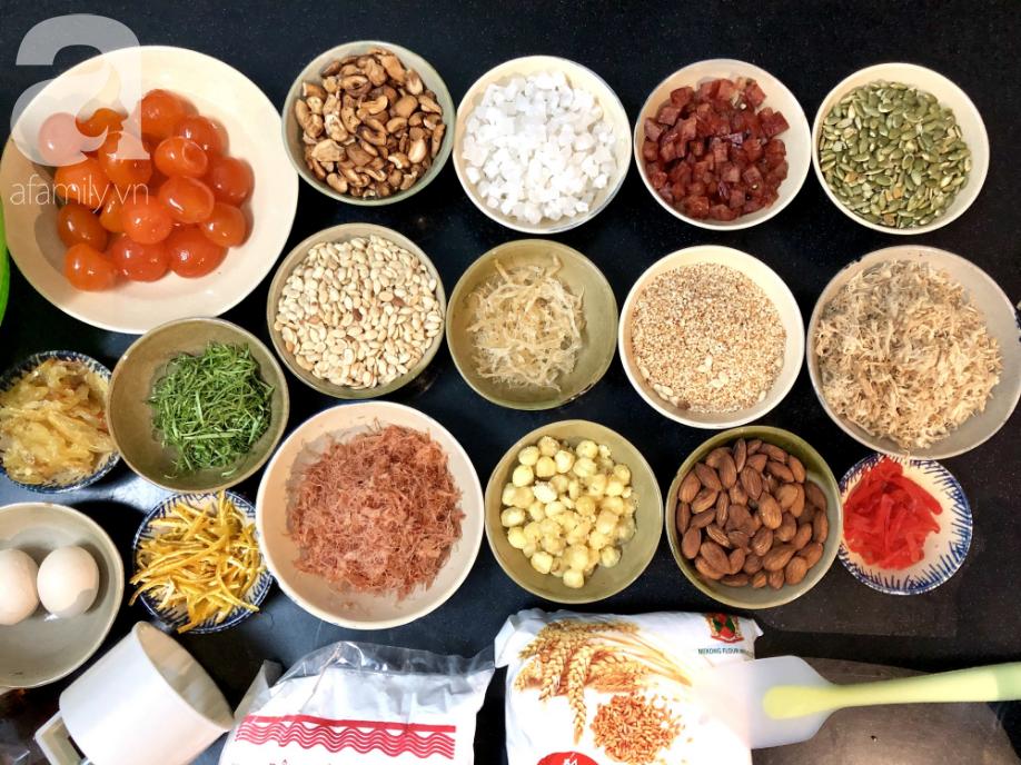 Chỉ dùng cát và bếp thông thường, mẹ đảm Nha Trang chỉ cách làm bánh Trung Thu truyền thống thơm ngon như nướng lò hiện đại - Ảnh 1