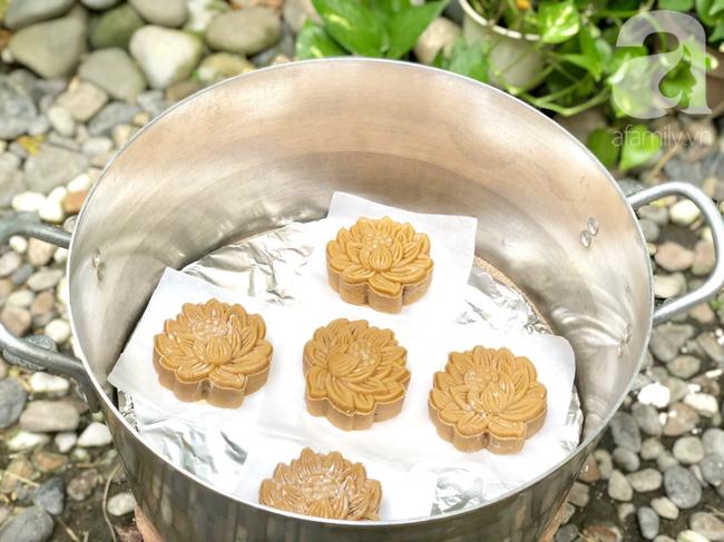 Chỉ dùng cát và bếp thông thường, mẹ đảm Nha Trang chỉ cách làm bánh Trung Thu truyền thống thơm ngon như nướng lò hiện đại - Ảnh 7
