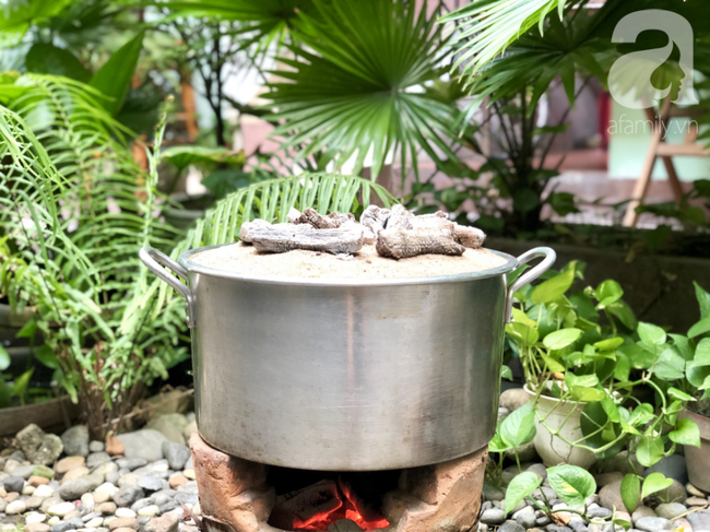 Chỉ dùng cát và bếp thông thường, mẹ đảm Nha Trang chỉ cách làm bánh Trung Thu truyền thống thơm ngon như nướng lò hiện đại - Ảnh 8