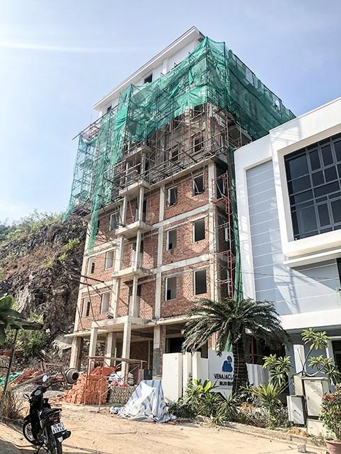 Chính thức 'cắt ngọn' hàng loạt biệt thự xây trái phép ở Nha Trang - Ảnh 1