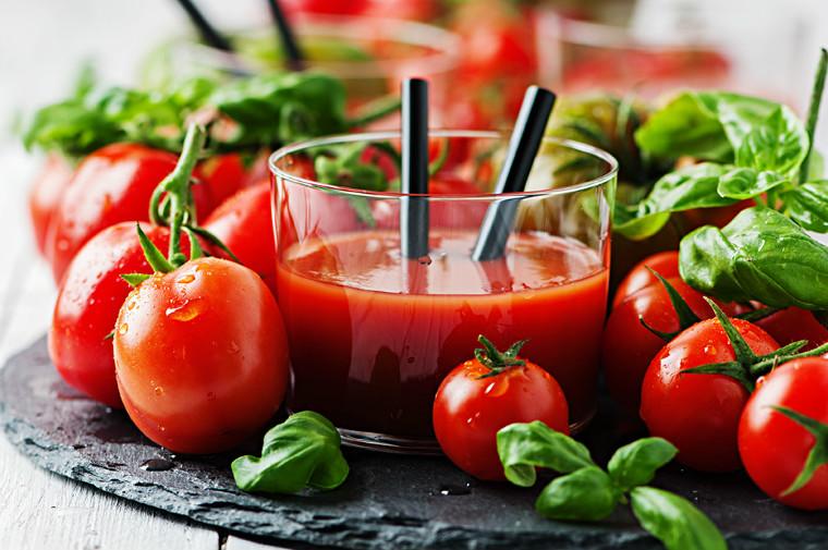 Trời se lạnh mà da mặt vẫn tiết nhiều dầu nhờn, nổi mụn liên tục, hãy dùng cà chua theo cách này - Ảnh 1