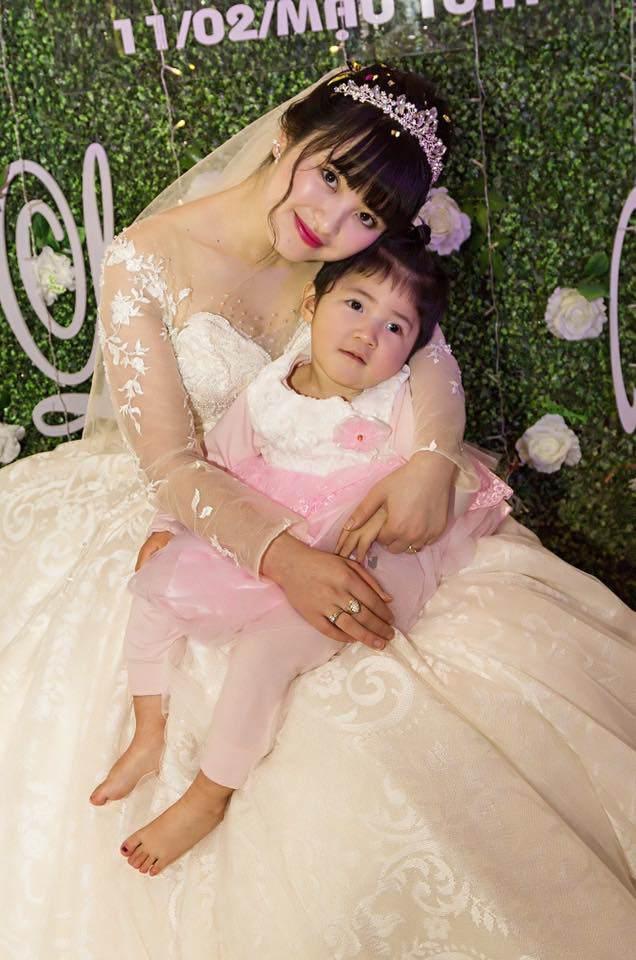 Hình ảnh mới nhất của bé gái suy dinh dưỡng ở Lào Cai: Bụ bẫm, đáng yêu khiến nhiều người vui lây - Ảnh 2