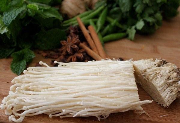 Học ngay cách trồng nấm kim châm cực đơn giản từ phần rễ bỏ đi, chỉ sau 2 tuần là đã có ăn - Ảnh 3