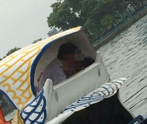 Hình ảnh cặp đôi làm chuyện ấy trên xe đạp Vịt giữa sông