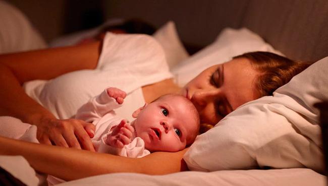 Ban ngày thì ngủ lăn ngủ lóc, ban đêm lại tỉnh như sáo - cơn ác mộng mang tên 'ngủ ngày cày đêm' ở trẻ sơ sinh - Ảnh 1