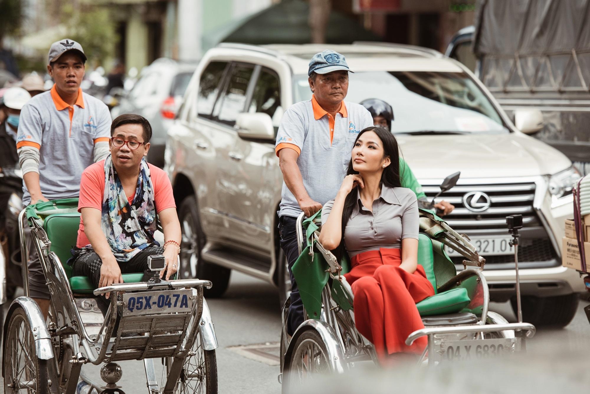 Hoàng Thùy tự tin nói tiếng Anh, cùng thầy dạy catwalk khám phá Sài Gòn - Ảnh 1