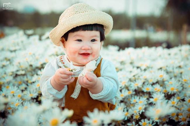 Nhiếp ảnh gia tiết lộ hậu trường đầy bất ngờ phía sau bức ảnh bé gái 'thèm uống sữa mà mẹ cứ bắt đi chụp cúc họa mi' - Ảnh 11