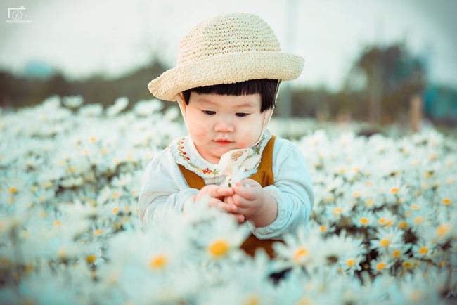 Nhiếp ảnh gia tiết lộ hậu trường đầy bất ngờ phía sau bức ảnh bé gái 'thèm uống sữa mà mẹ cứ bắt đi chụp cúc họa mi' - Ảnh 13