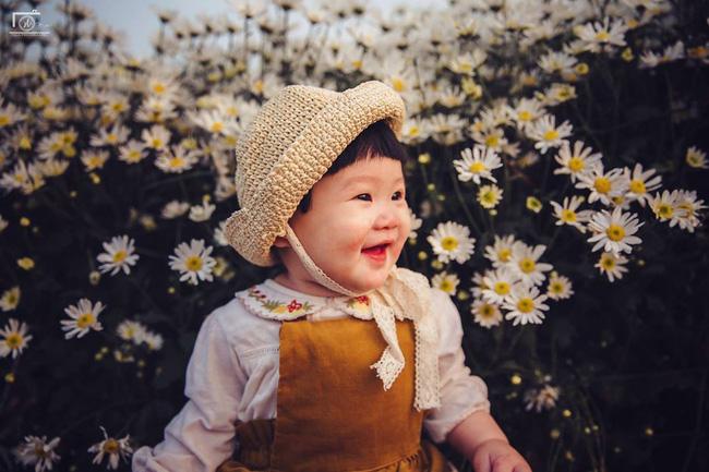 Nhiếp ảnh gia tiết lộ hậu trường đầy bất ngờ phía sau bức ảnh bé gái 'thèm uống sữa mà mẹ cứ bắt đi chụp cúc họa mi' - Ảnh 16