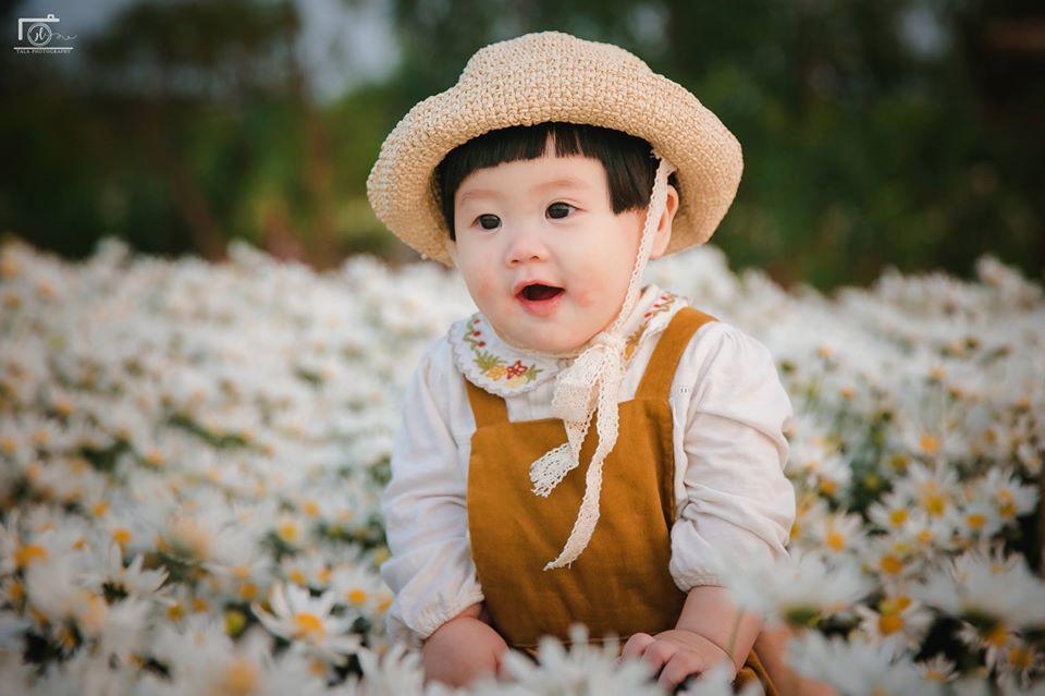 Nhiếp ảnh gia tiết lộ hậu trường đầy bất ngờ phía sau bức ảnh bé gái 'thèm uống sữa mà mẹ cứ bắt đi chụp cúc họa mi' - Ảnh 2