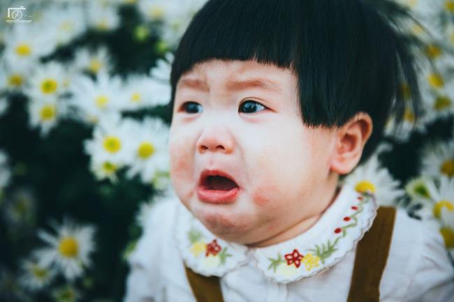 Nhiếp ảnh gia tiết lộ hậu trường đầy bất ngờ phía sau bức ảnh bé gái 'thèm uống sữa mà mẹ cứ bắt đi chụp cúc họa mi' - Ảnh 4