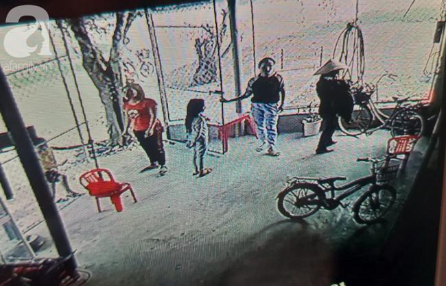 Vụ bà nhẫn tâm sát hại cháu ở Nghệ An: Bí ẩn 'hoa cúng' nghi can mang theo ra hiện trường - Ảnh 6