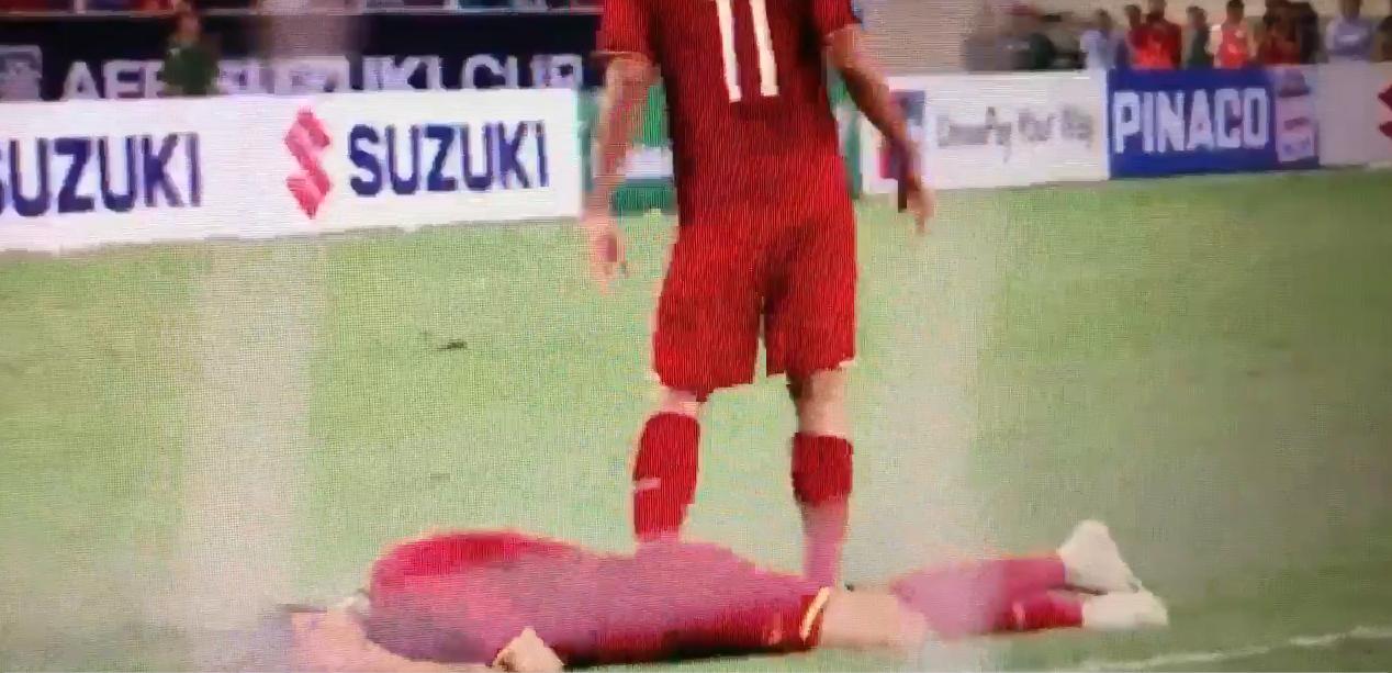 Xót xa nhìn Đoàn Văn Hậu nằm sân, ôm mặt sau cú chơi xấu của cầu thủ Philippines - Ảnh 1
