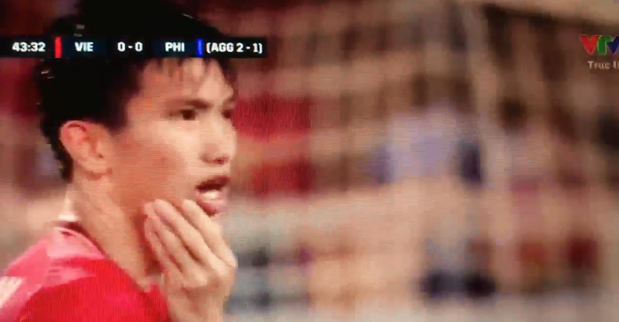 Xót xa nhìn Đoàn Văn Hậu nằm sân, ôm mặt sau cú chơi xấu của cầu thủ Philippines - Ảnh 2