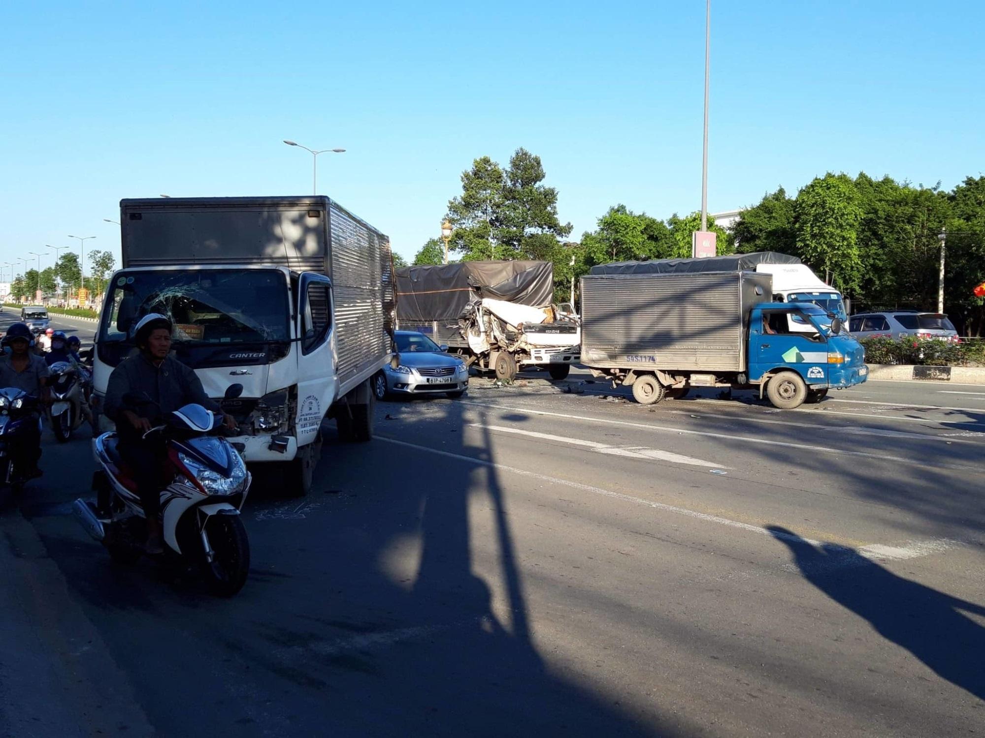 2 xe tải bị tông khi dừng đèn đỏ, nhiều người bị thương - Ảnh 1