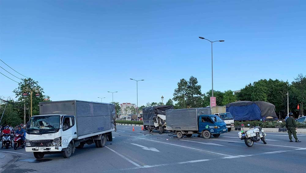2 xe tải bị tông khi dừng đèn đỏ, nhiều người bị thương - Ảnh 2