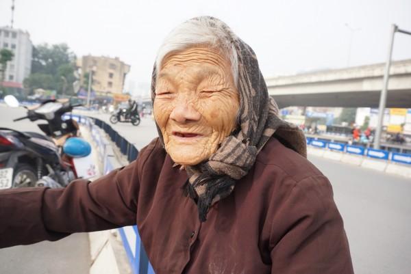 Bà cụ lưng còng trong bức ảnh gục đầu bên gánh hàng rong: 'Tôi đã đăng ký hiến xác cho y học, chỉ mong sống khoẻ chết nhanh' - Ảnh 4