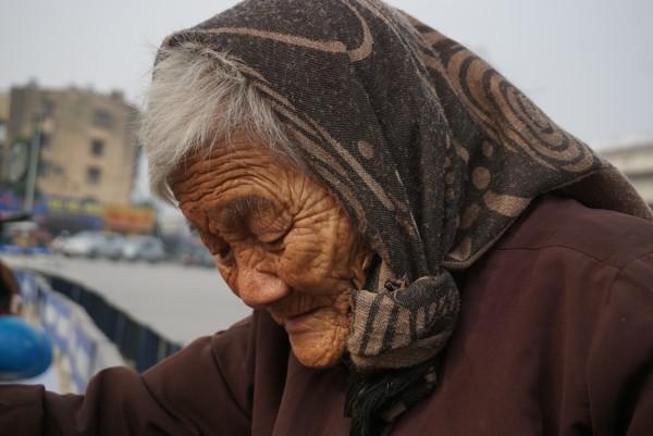Bà cụ lưng còng trong bức ảnh gục đầu bên gánh hàng rong: 'Tôi đã đăng ký hiến xác cho y học, chỉ mong sống khoẻ chết nhanh' - Ảnh 5