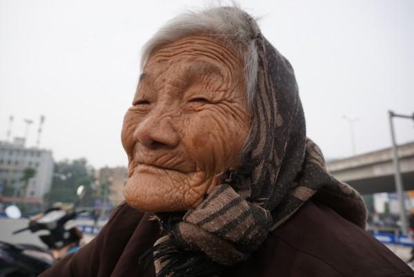 Bà cụ lưng còng trong bức ảnh gục đầu bên gánh hàng rong: 'Tôi đã đăng ký hiến xác cho y học, chỉ mong sống khoẻ chết nhanh' - Ảnh 6