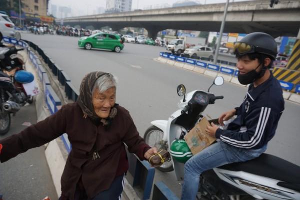 Bà cụ lưng còng trong bức ảnh gục đầu bên gánh hàng rong: 'Tôi đã đăng ký hiến xác cho y học, chỉ mong sống khoẻ chết nhanh' - Ảnh 8