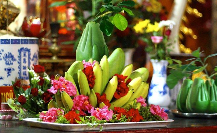 Khi bày mâm ngũ quả, nên để nải chuối ở dưới cùng ôm trọn lấy các loại quả khác