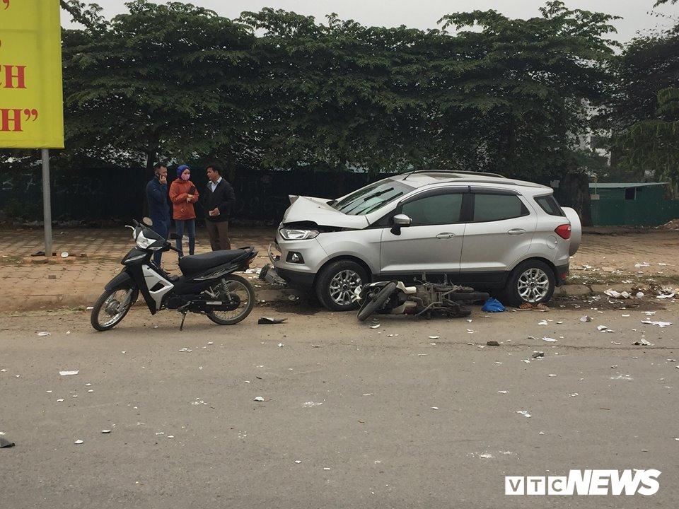 Ô tô 'điên' tông thủng đuôi taxi và hàng loạt xe máy, 4 người thương vong - Ảnh 1