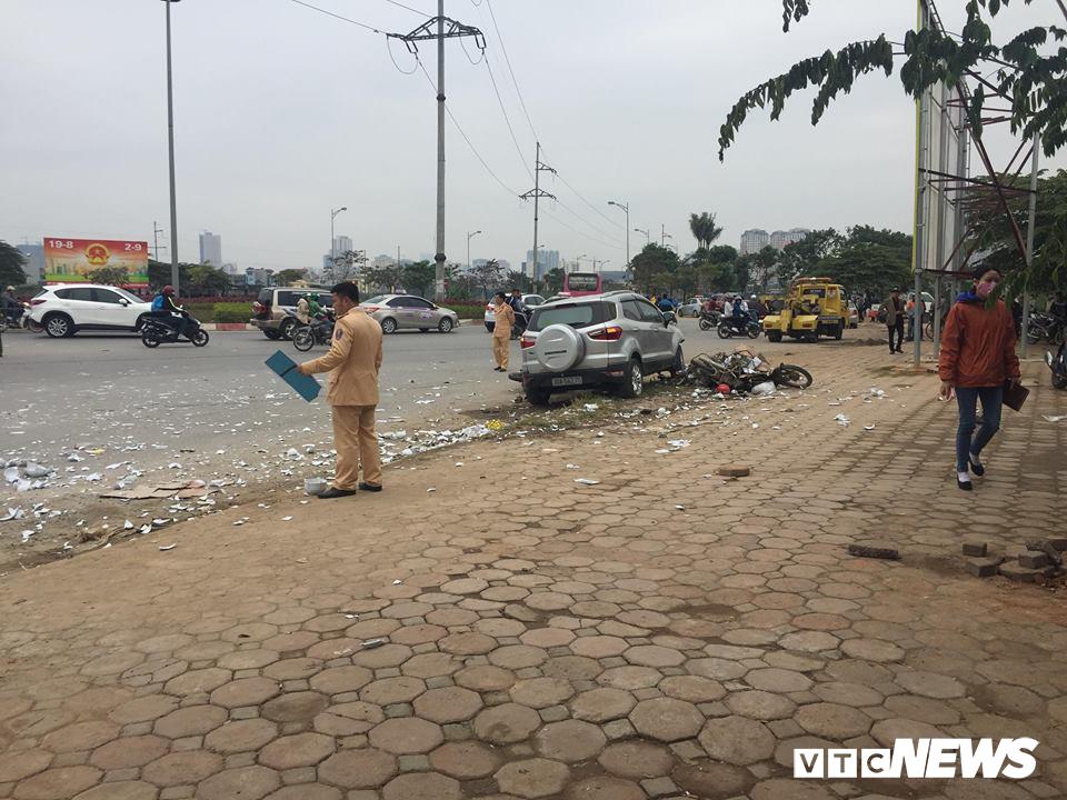 Ô tô 'điên' tông thủng đuôi taxi và hàng loạt xe máy, 4 người thương vong - Ảnh 2