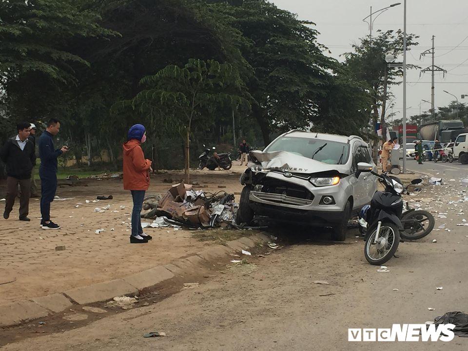 Ô tô 'điên' tông thủng đuôi taxi và hàng loạt xe máy, 4 người thương vong - Ảnh 3