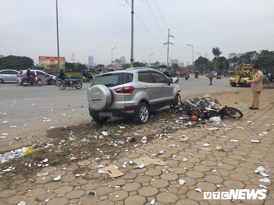 Ô tô 'điên' tông thủng đuôi taxi và hàng loạt xe máy, 4 người thương vong - Ảnh 4