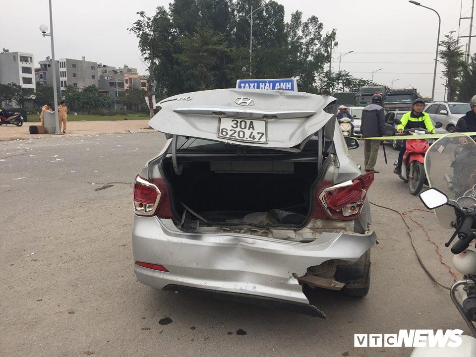 Ô tô 'điên' tông thủng đuôi taxi và hàng loạt xe máy, 4 người thương vong - Ảnh 5