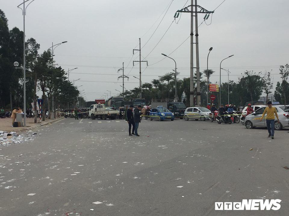 Ô tô 'điên' tông thủng đuôi taxi và hàng loạt xe máy, 4 người thương vong - Ảnh 7