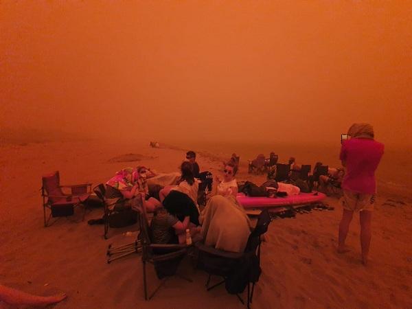 Bầu trời nước Úc đỏ như máu trong ngày thảm họa cháy rừng - Ảnh 2