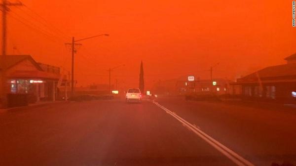Bầu trời nước Úc đỏ như máu trong ngày thảm họa cháy rừng - Ảnh 4