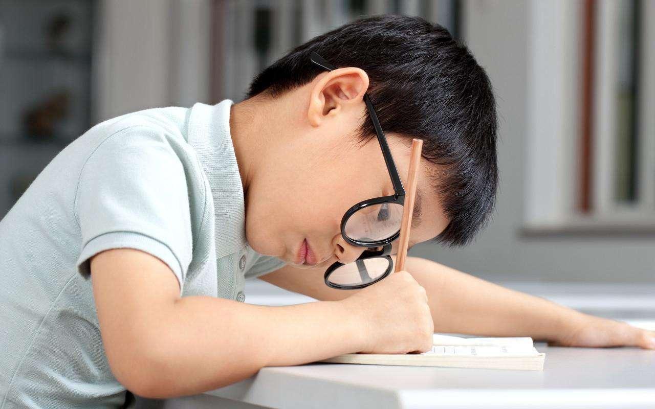 Để bảo vệ mắt khi phải học online nhiều, bố mẹ đừng quên dạy con quy tắc 20 - 20 - 20 cực đơn giản này - Ảnh 1