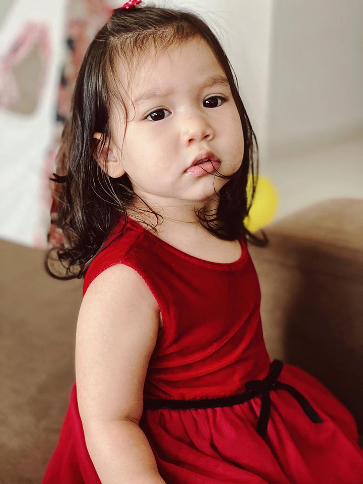 Myla mới 21 tháng tuổi đã thuộc làu bảng chữ cái tiếng Anh, ai cũng khen thông minh và xin bằng được bí quyết dạy con của siêu mẫu Hà Anh - Ảnh 3