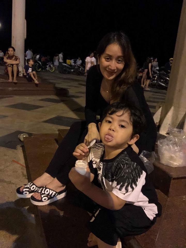 Mang thai ở tháng thứ 8, Khánh Thi không ngại vác bụng bầu to tướng đi ăn vỉa hè cùng chồng con - Ảnh 6
