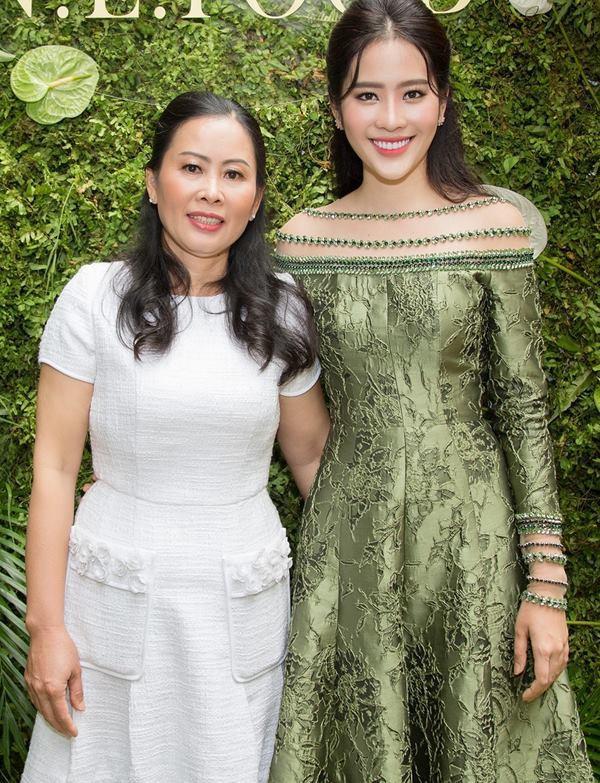 Giữa tâm bão scandal, mẹ của các sao Việt này vẫn mạnh mẽ trở thành hậu phương vững chắc cho con - Ảnh 4