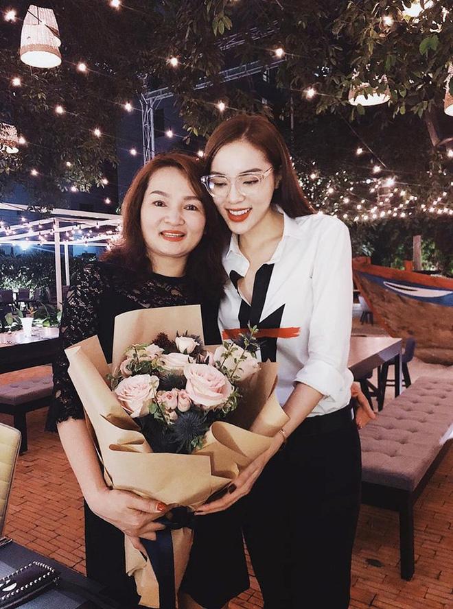 Giữa tâm bão scandal, mẹ của các sao Việt này vẫn mạnh mẽ trở thành hậu phương vững chắc cho con - Ảnh 6