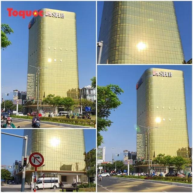Hai tòa cao ốc ốp kính vàng phản quang gây chói mắt ở Đà Nẵng: Các chủ đầu tư tự ý lắp đặt kính màu vàng thay thế kính màu xanh - Ảnh 1