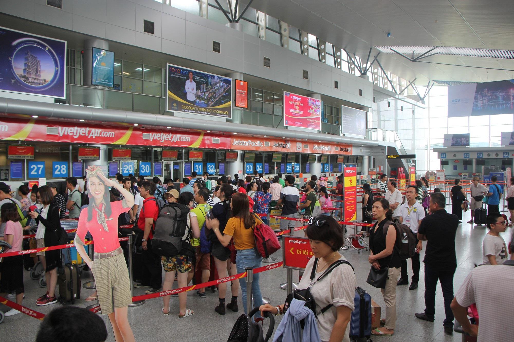 Ném điện thoại chảy máu mặt nữ nhân viên hàng không, hành khách bị phạt 7,5 triệu, xem xét cấm bay - Ảnh 1