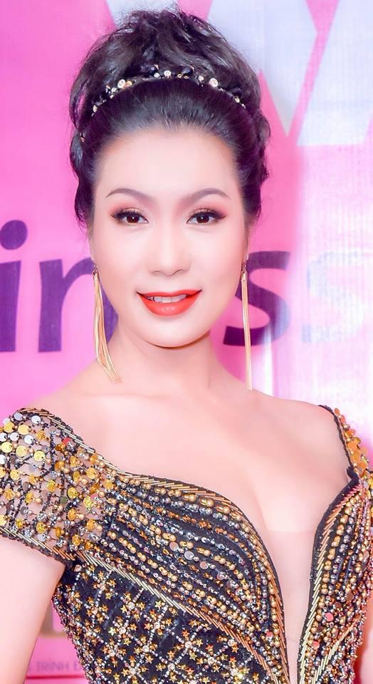 Ở tuổi U50, Trịnh Kim Chi khoe ngực 'khủng' lấn át nhiều chân dài kém tuổi - Ảnh 1