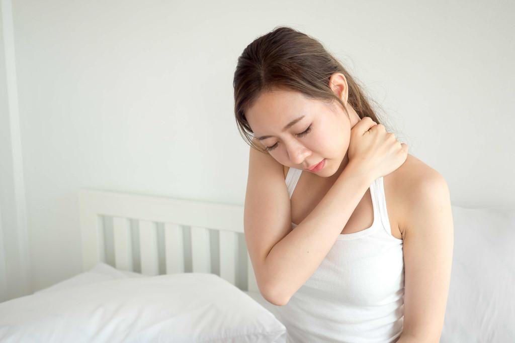 Bị vẹo cổ khi ngủ dậy, hãy tìm 1 trái cam và làm theo cách này để giảm đau nhanh chóng - Ảnh 1