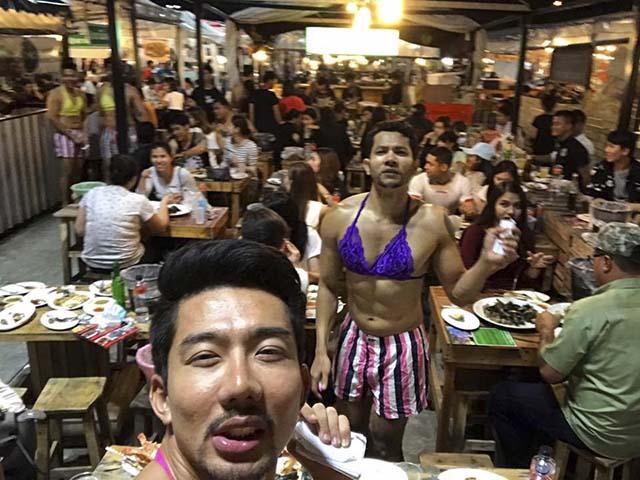 Các anh trai phục vụ mặc váy tại Thái Lan đã quay trở lại, lần này diện hẳn đầm lụa hồng sexy giúp khách 'quẩy' tung xòe tại quán - Ảnh 5